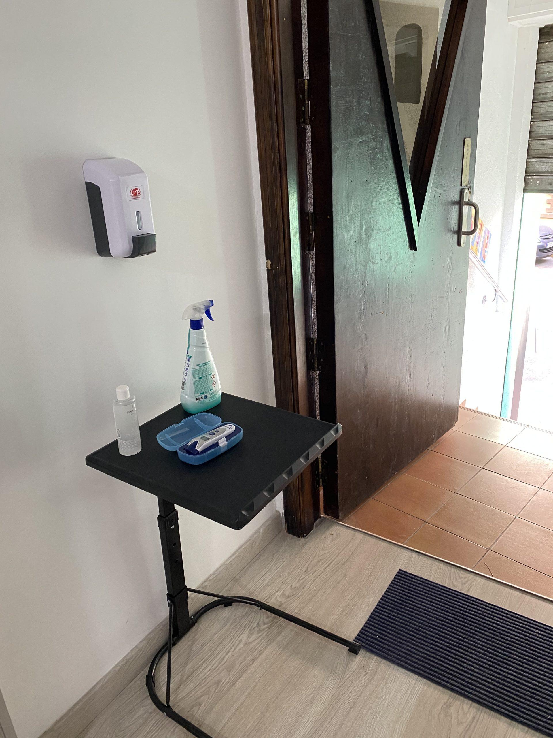 A la entrada de la academia contamos con un dispensador de gel desinfectante y termómetro para toma de la temperatura.